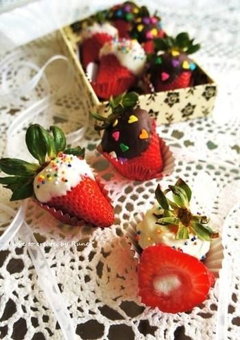 いちごにチョコレートをコーティングしたように見えますが、実は中にマシュマロが隠れてます。仕上げは、チョコスプレーなどでカラフルに。甘酸っぱさと甘さのハーモニーがたまりません!