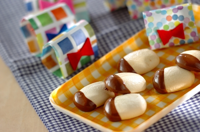 マシュマロを焼くだけの簡単メレンゲクッキーにチョコレートをかけるだけ!ふわふわマシュマロがサクサクに!?意外な食感を楽しめます!