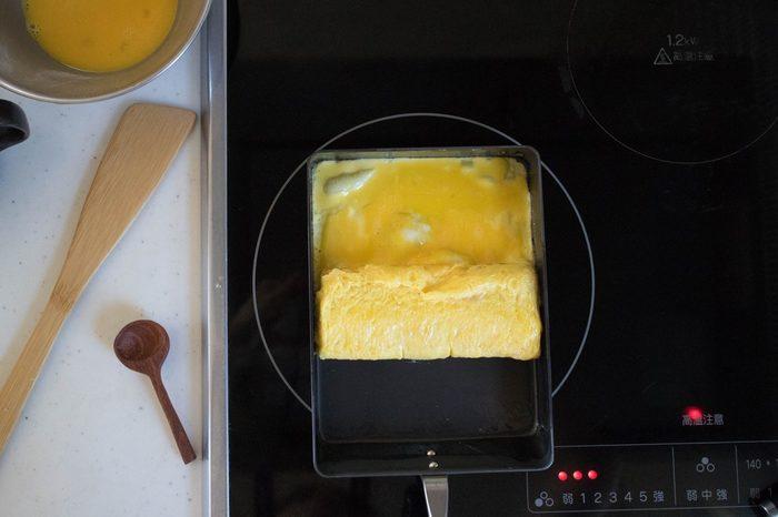 毎日お弁当を作る方なら、一度は「いい卵焼き器が欲しい」と思ったことがあるのではないでしょうか。こちらは冒頭でご紹介した「極シリーズ」の、鉄製卵焼きパンです。錆びにくい窒化鉄で、油馴染みがいいので、卵液がこびりつきにくくなっています。