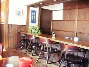 椅子席やいろりを囲む小上がり、お蕎麦屋さんには珍しいカウンター席もあります。