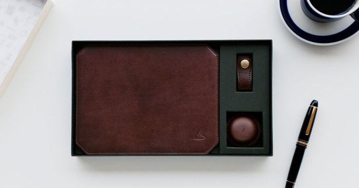 そんな「土屋鞄製造所」では、2017年1月14日からバレンタイン向けのレザーアイテム「チョコレザートBOX」が発売されました。チョコレートにしか見えないアイテムたちは、上質なレザーで作られたステーショナリーたち。マウスパッド、クリップホルダー、コードホルダーの3点セットです。