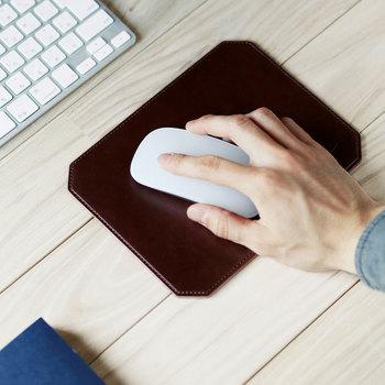マウスパッドは革ならではの柔らかく上質な手触りが特徴。デスクの上に高級感を添えてくれそう。マウスを操作するのに十分な広さを確保しています。