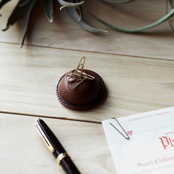 クリップホルダーは丸い形がチョコレートそのもの。繊細な職人の「絞り」と呼ばれる技術で、球面に小さく美しい加工を実現させています。