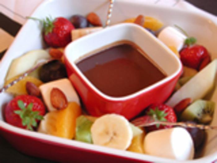 いちごやバナナなど、お好きな具材をディップして?テーブルを囲んで、ほっこり温かいバレンタインを楽しめますね。