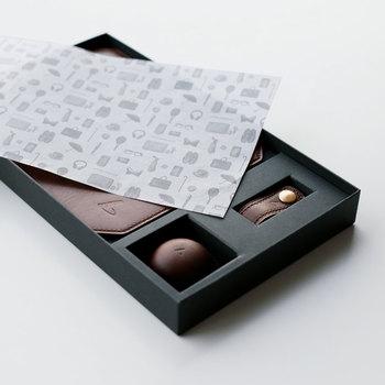 高級ショコラのセットをイメージしたパッケージは、薄紙が掛けられてチョコレートを開くときのワクワク感やときめきを高めてくれます。プレゼントされて開けるまで、ドキドキと楽しませてくれる仕掛けです。