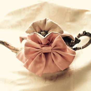 上部を締めるので、リボンや輪がついていて貝殻のような可愛い形が魅力♪  取っ手と注ぎ口が出た状態になるので、ティーコージーを着けたままお茶を楽しむことができます。