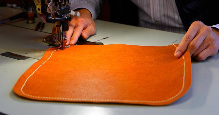 基本となっているのはジャパンメイドの確かな品質と丁寧な手作業。上質なレザーから生み出されるアイテムたちは、大人が手に持つにぴったりのアイテムばかりです。