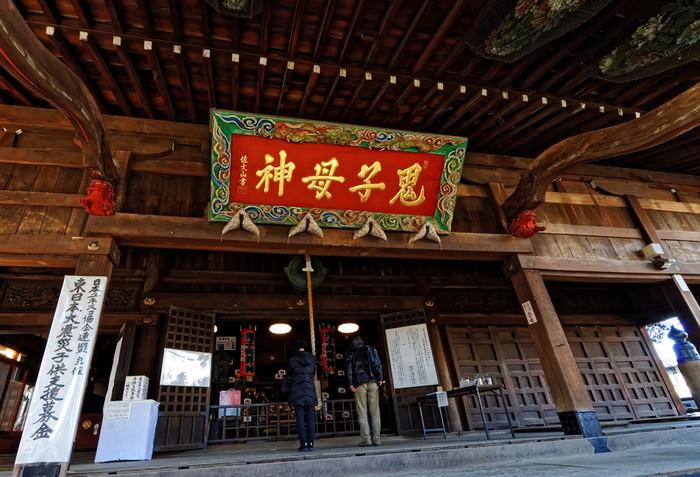 室町時代、「日蓮宗 法明寺」の飛び地境内に鬼子母神堂は建てられました。現在の建物は江戸時代前期のもので、堂内には明治時代の絵馬が保管されています。