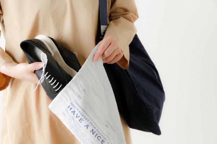 名前や住所・電話番号が書けるユニークなオリジナル巾着袋が付属しています。