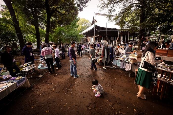 近隣の大鳥神社と併せて月に1度、境内では「雑司ヶ谷手創り市」が開かれます。その名の通り、自作品の販売のみの市となっていて、作家さん自らが出店しているので、貴重なお話を聞けたり掘り出しものが見つかるかも。