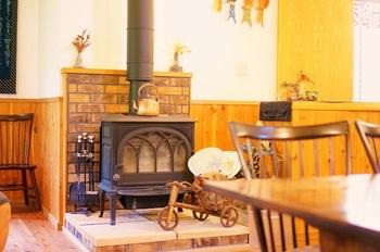 県内・黒姫高原で20年ほど続けた店をたたみ、2009年、飯綱高原にお引越し。 薪ストーブやグランドピアノのある店の中は、カフェのよう。