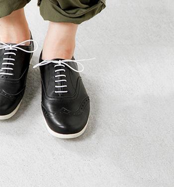 使用する革はソフトな風合いのものを採用し、肌当たり滑らか。マットな佇まいが上品な印象です。