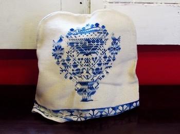 こちらはお花のブーケの刺繍が入った、可愛いヴィンテージのティーコージー。手仕事の繊細さやレトロな雰囲気が素敵です。