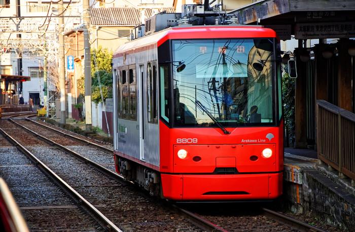 荒川線の前身は王子電気鉄道といい、明治44年から開業しました。その後東京都に事業譲渡され都電となり、昭和49年に現在の早稲田~三ノ輪橋の営業で都電荒川線と改称し、現在に至ります。