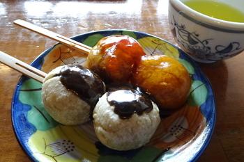 「そば団子」は、ごまだれorみたらしの2種が載せられて。特産の花豆を使った「花豆おはぎ」もあります。