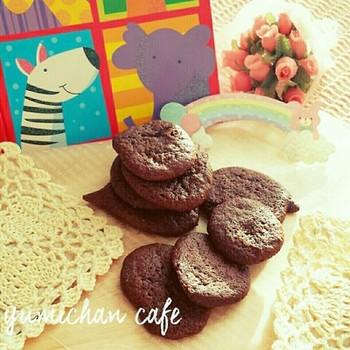 材料3つで作れるチョコレートクッキーです。黒糖のコクのある味わいです。