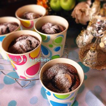 紙コップを使って作るチョコバナナケーキケーキ。冷やすとしっとり、より濃厚な味わいに!