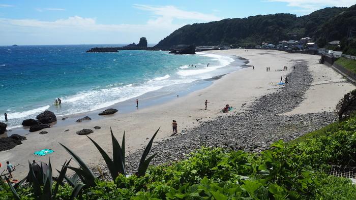 「田牛海水浴場(トウジカイスイヨクジョウ)」  変化に富んだ海岸線は実に風光明媚。 この「田牛海岸」は、竜宮窟に隣接しています。ハイシーズンでもあまり混雑しない隠れたビーチスポット。