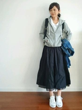 スカートは丈で印象がガラリと変わります。同じコーディネートでも、スカートが膝上だと幼く見えがち。この絶妙な膝下丈が大人っぽく見せるポイントです。