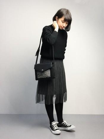 ラブリーなチュール素材はブラックでちょっぴり辛口に♪オールブラックなのに重たく見えないのは、このチュール素材のスカートとスニーカーに入っている白のおかげです。不思議と柔らかい雰囲気が出ますね。