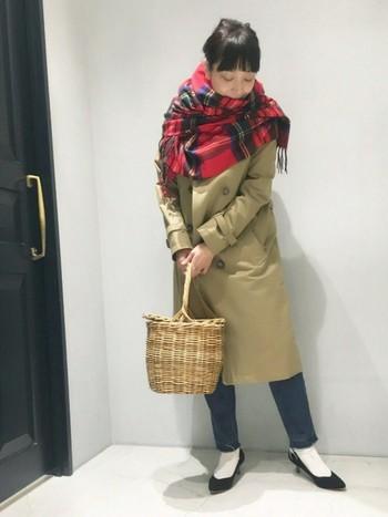 トレンチコートに合わせても素敵です。かっちりとしたコーディネートも、かごバッグを取り入れることで優しい雰囲気になります。