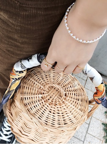 持ち手部分にスカーフやファーを巻き付けても可愛いですね。持ち手にクッションが出来ることで、持ち歩く負担も軽減されます。