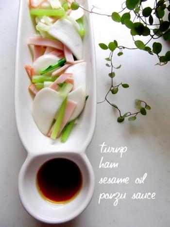 ぽん酢を活用した、混ぜるだけの簡単和風ドレッシングのレシピです。さっぱりとした味わいは、シンプルな蕪のサラダと相性◎!旬の野菜を味わいたい時におすすめです。