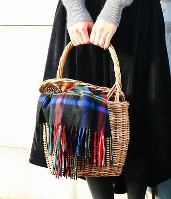 シンプルで無垢なかごバッグも素敵ですが、お気に入りのストールを被せて色合いをプラスしても可愛いですね。
