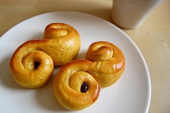 「ルッセカット」とは黄色いサフランが入った甘い菓子パンです。S字部分のくるんとなった様子がネコの尻尾ににているところから猫(スウェーデン語で「カット」)の名前がついたといわれています。