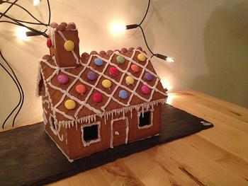 子供と一緒にクッキーでお家をつくる家庭もあります。デコレーションが楽しいですね♪