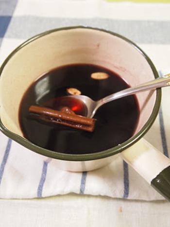 「グロッグ」とはシナモンなどのスパイスがたくさんはいったホットワイン。レーズンやナッツと一緒に小さなカップに注いで飲みます。