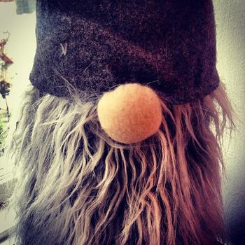 スウェーデンではサンタクロースのことを「トムテ(Tomte)」といいます。ひげがもじゃもじゃで目まですっぽりかぶった大きな帽子が特徴的です。