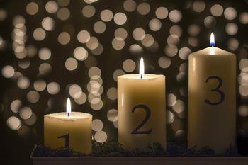 こちらがアドベントキャンドル。毎週1本づつ点灯するキャンドルが増えます。クリスマス直前の週は全部に灯がつきます。