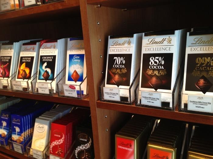 目移りしそうなほど豊富な種類のチョコレートが店内に並ぶ、スイスのプレミアムチョコレートブランド「リンツ」のショコラカフェ。