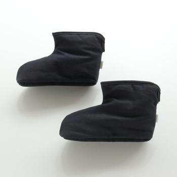 ささと和紙を足して出来た自然素材『ささ和紙』で作られた、足首までポカポカ包んでくれるルームブーツ。熱を発散する効果があるので、蒸れることなく履くことができますよ!