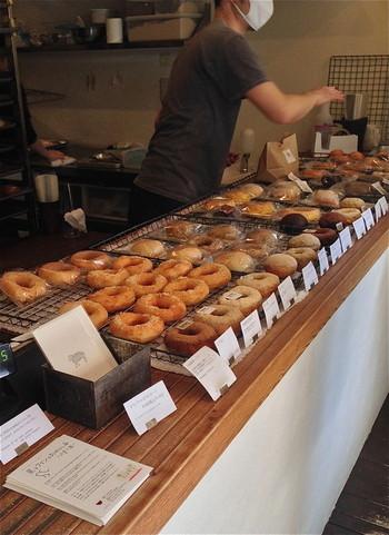 人気のベーカリー「hohoemi」をやめてオープンした「ひつじドーナツ」の店内には、身体にやさしい材料で作られたドーナツが並びます。もちろん、一番のおすすめは、イートインコーナーで揚げたてを♪