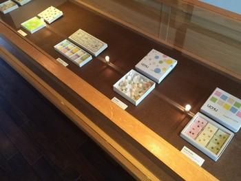 老舗の和菓子屋さんを思わせる、ガラスのショーケースに鎮座した落雁。京都の風景がデザインされた「京都ものがたり」、ジャスミン茶・ほうじ茶・抹茶を一口サイズに閉じ込めた「ochobo」、天然果汁のゼリーを和三盆糖に合わせた新感覚「Mix-fruits」など、美しい落雁の数々。