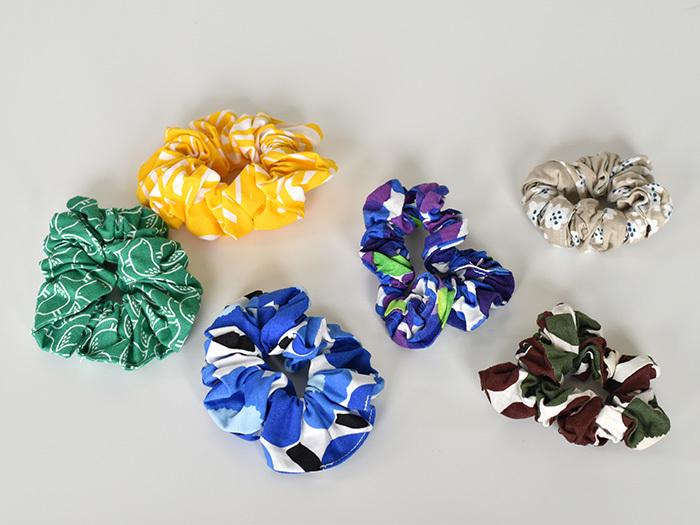 カラフルな布で、シュシュも作れます。布は多めに使った方が、ボリュームが出て可愛らしく仕上がります。