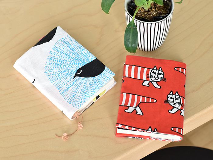 ブックカバーは、小さな布でちょこちょこっと作れてしまいますね。