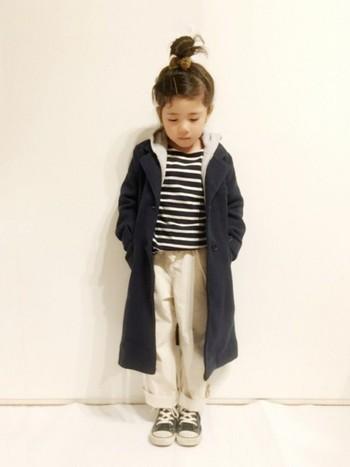 ロング丈のコートは、羽織るだけで大人っぽさ満点になるアイテム!特に濃い色のものを選ぶと、縦のラインが強調されてすらっとした印象に。