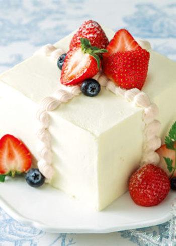 こちらはスクエア形のケーキ。シャープで洗練された雰囲気ですよね。クリームでラインを描くデコレーションは、丸型のホールケーキにも使っても素敵です。