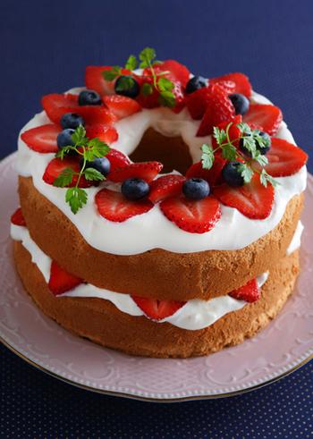 ニューヨークの人気スイーツ店が発祥というネイキッドケーキは、クリームで覆わずにあえてスポンジを見せるスタイル。フルーツや小さなハーブなどをトッピングすれば、簡単におしゃれなケーキができあがります。クリームでのデコレーションに時間をとられないので、気軽にケーキ作りが楽しめますね。