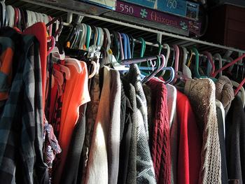 ぎゅうぎゅうに詰まったワードローブでは、取り出したいお洋服もなかなか見つかりません。たくさん服があるのに、「着たいものがない」なんて気分にもなってしまいます。  整理整頓してすっきりすると、余分な服を買わないようになりますよ。