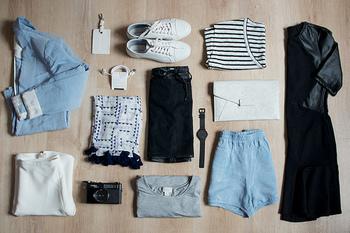 まずは持っているお洋服を全部引っ張り出しましょう。そして、Tシャツ・シャツ・ジーンズ・アウターなどのアイテムごとに分けましょう。「こんなの持っていたっけ?」と忘れている服が多いことに気が付くはずです。