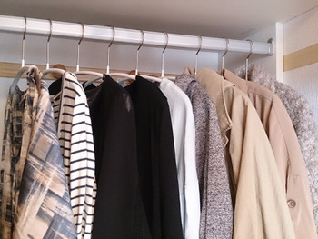 ワードローブの中で、「白いワンピース」「ネイビーのシャツ」などのカテゴリーを作って収納しましょう。着たい服がささっと見つかって、コーディネートも決めやすくなります。