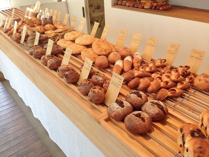 シンプルなパンが多いのが嬉しいパン屋さん。 ミニバケットはクリームを注文してから入れてくれます。 ハード系が特にオススメです。