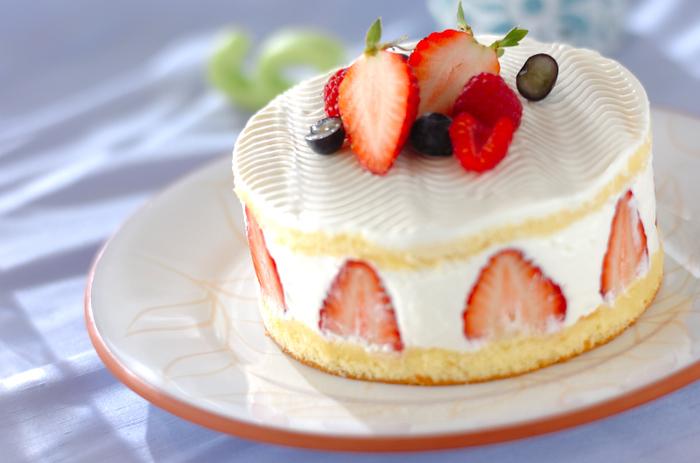 クリームをある程度平らにならしてからデコレーションコームを使うと、多少の塗りムラも目立たずおしゃれ度もアップ!まるでお店に並んでいるケーキのようですね。