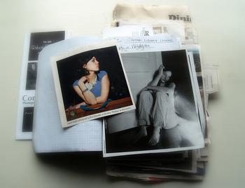 デジタル写真が普及する前の古いアルバムは、かさばるけれどなかなか手放せない思い出いっぱいの大切な品です。しかし、経年と共に劣化していくのは避けられません。