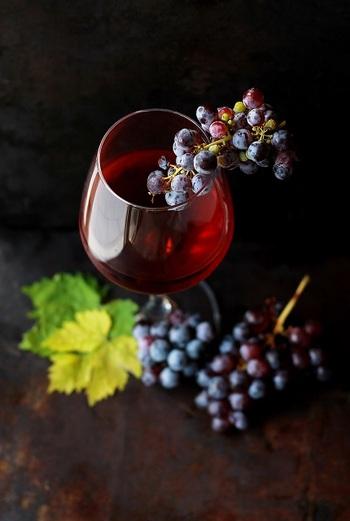 """ワインは瓶に詰められてからも熟成が進み、その風味は絶えず変化しています。  つまり、ワインは生きもの。 私たちが快適に過ごすための適温や湿度があるように、ワインにも好む環境があります。私たちが夏バテや冷えを感じるように、ワインも辛い環境下に置かれるとダメージを受けてしまいます。  逆に、ワインにとって""""良い環境""""が整えられれば、ワインの風味を損なうことは最小限にくい止められるのです。"""