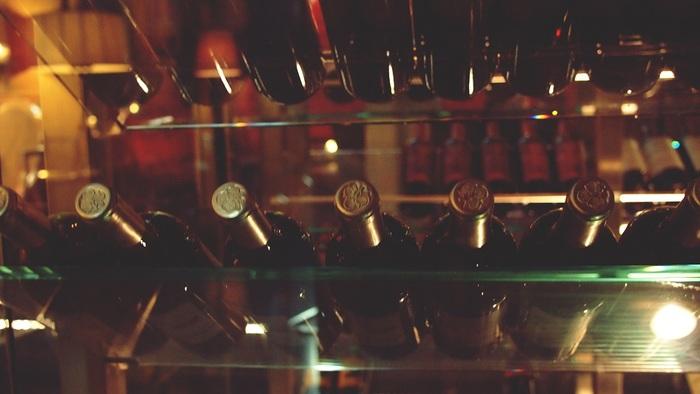 ワインを家庭で長期保管される場合、一番最適な方法はワインセラーで保存することです。冬場の保管にはヒーター付きが最適。お家でおいしいワインをベストな状態で保管したいのでしたら、購入も検討してみましょう。スリムで場所をとらないものなど3万円台からあり、5~10万円台のものが主流のようです。